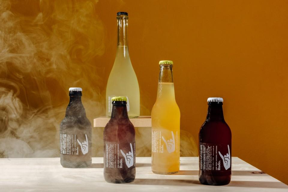 Foto de familia con todas las botellas de los refrescos ligeros y probióticos con ingredientes naturales Rudo, hecha por Lorena Grandío.